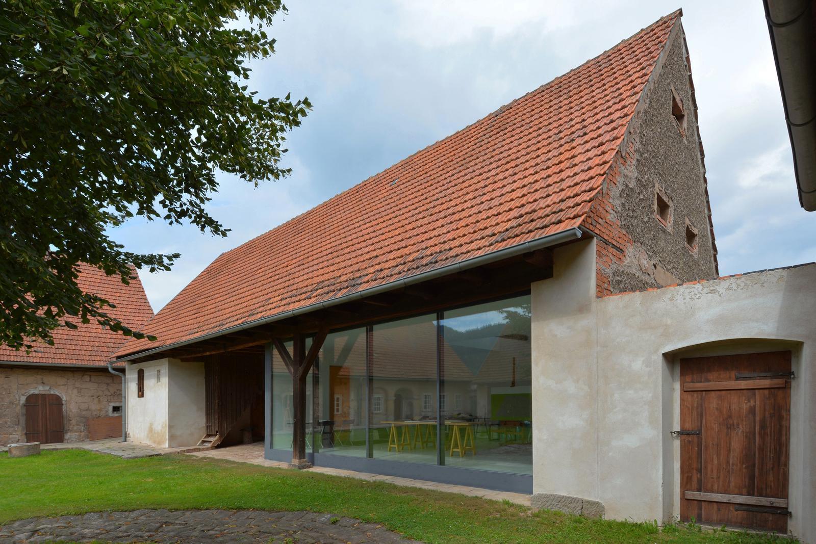 Nové v starom alebo moderné rekonštrukcie - moderný ateliér v starom humne