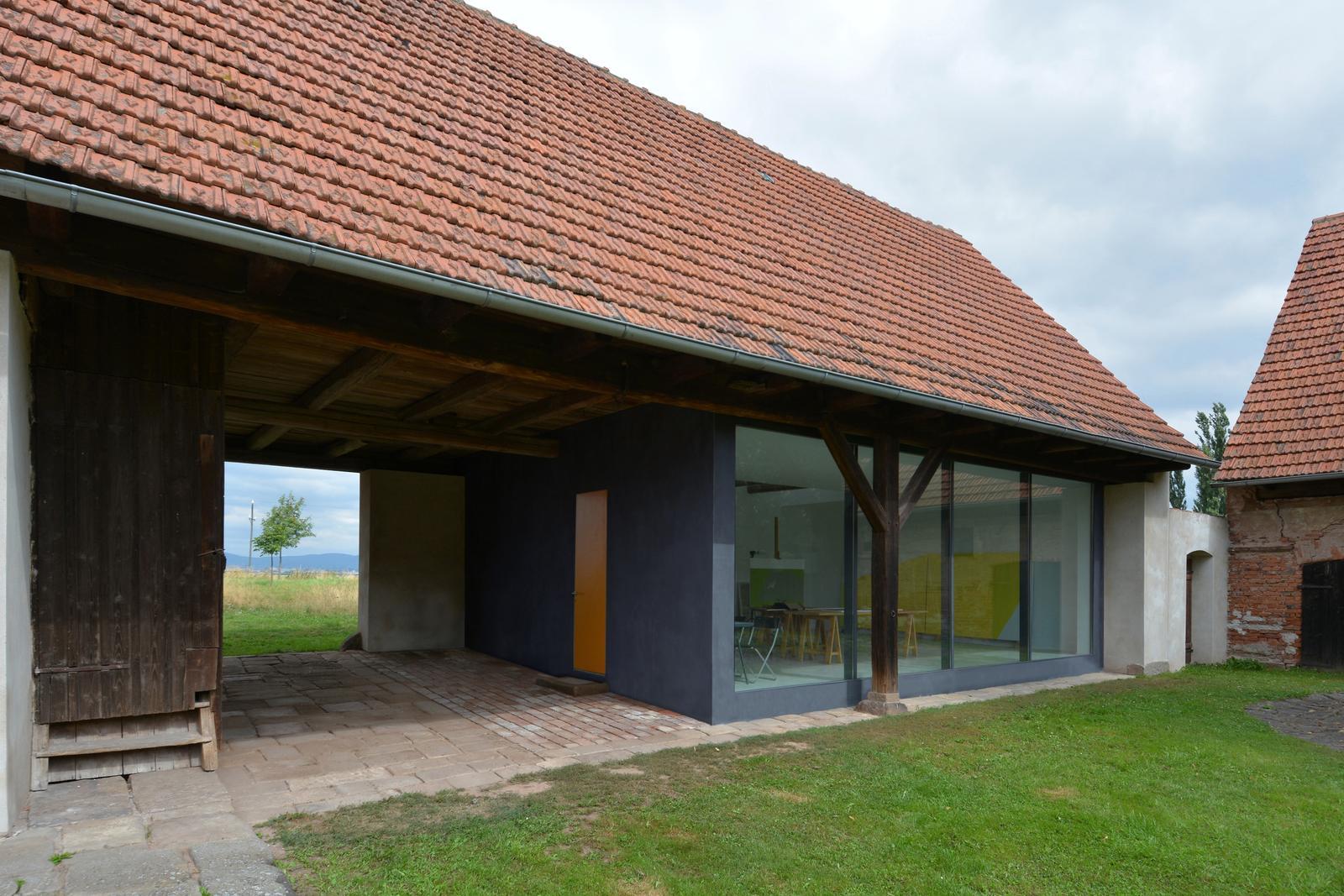 Nové v starom alebo moderné rekonštrukcie - ako vidno zmeny sa opäť týkajú len vnútra dvora a zvonku stavba pôsobí starým dojmom