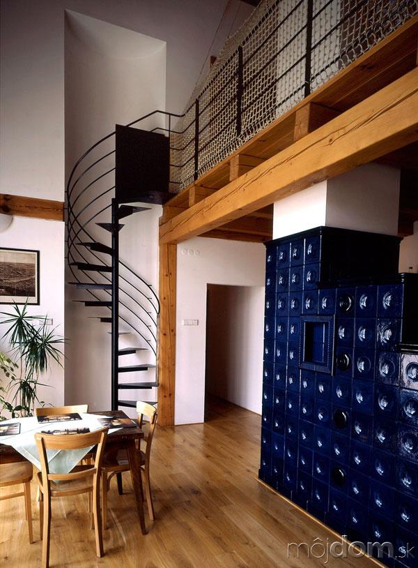 Nové v starom alebo moderné rekonštrukcie - Interiér s kachľovou pecou