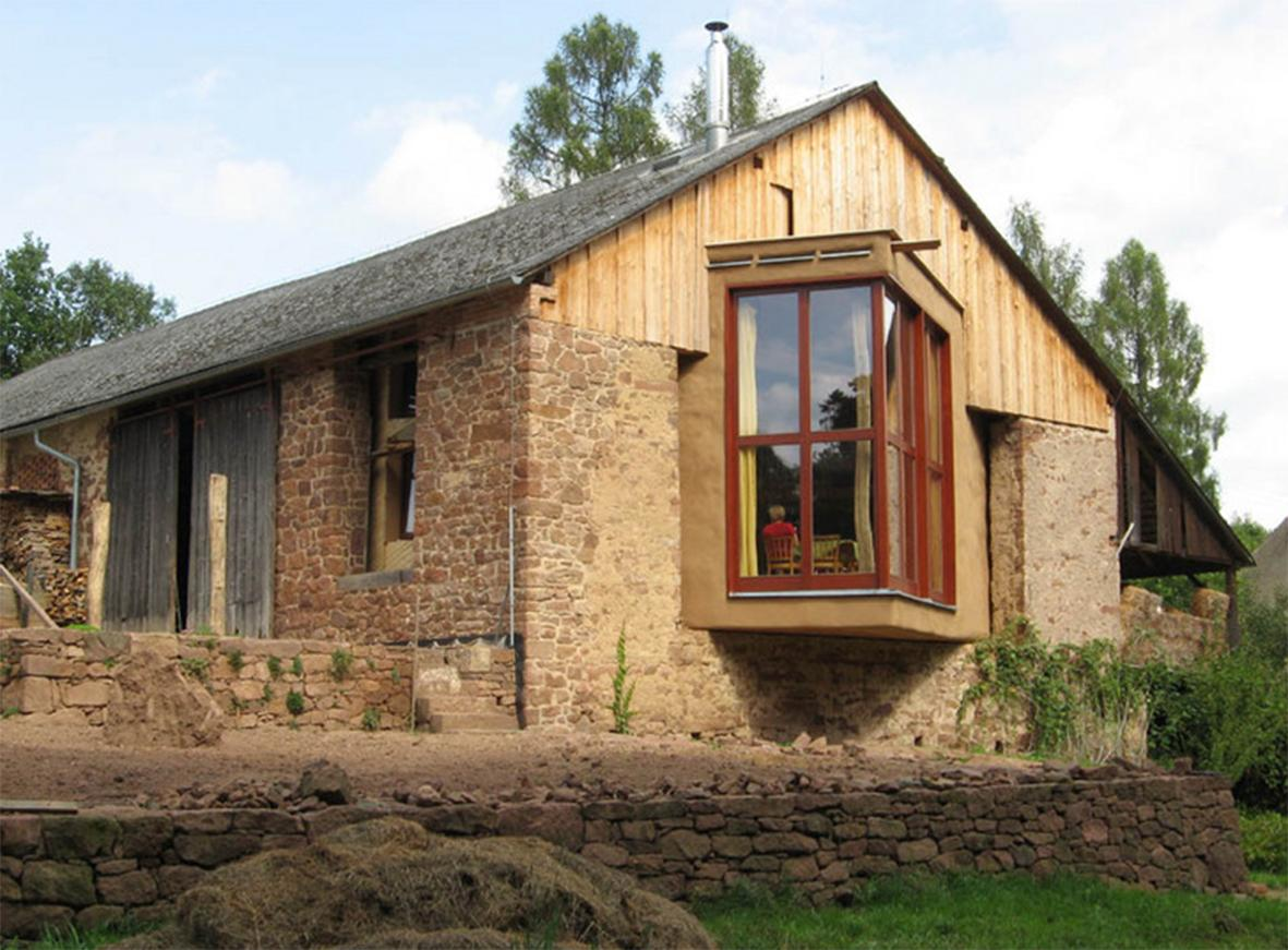 Nové v starom alebo moderné rekonštrukcie - Slamenný dom v stodole