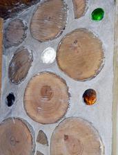 cordwood stena aj so svetlíkmi z flašiek. Ešte sa prebrúsia a natrú špalky, malta pôjde na bielo. Už sa teším na výsledný efekt