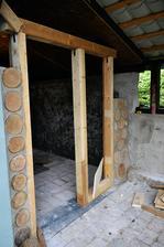 Cordwood (krčkové zdivo) je stará technika používaná aj u nás. Relatívne lacná stavba z palivového dreva, dá sa tak postaviť celý dom.
