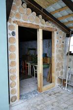 Ešte dvere, okno (sklo máme ešte zo stavby), prebrúsiť a natrieť špalky aj maltu. Ale to až na jar