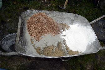 Cordwood malta: 9 lopát piesku, 3 lopaty pilín, 3 lopaty vápna a 2 lopaty cementu. Malty sa síce míňa dosť, ale stále je to lacnejšie ako klasický múr s omietkami a všetkým