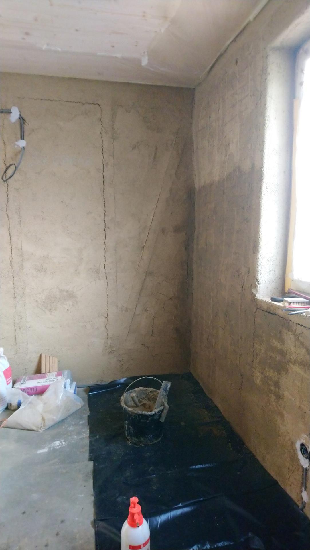 Hlinené omietky - Slamák. Dosiahnuť rovnú stenu na krivých slamenných balíkoch chce riadnu dávku hliny (a omietniky, tie tu ale použité neboli). Na slamu ide hlinená kaša, na to jedna, dve vrstvy hrubej omietky