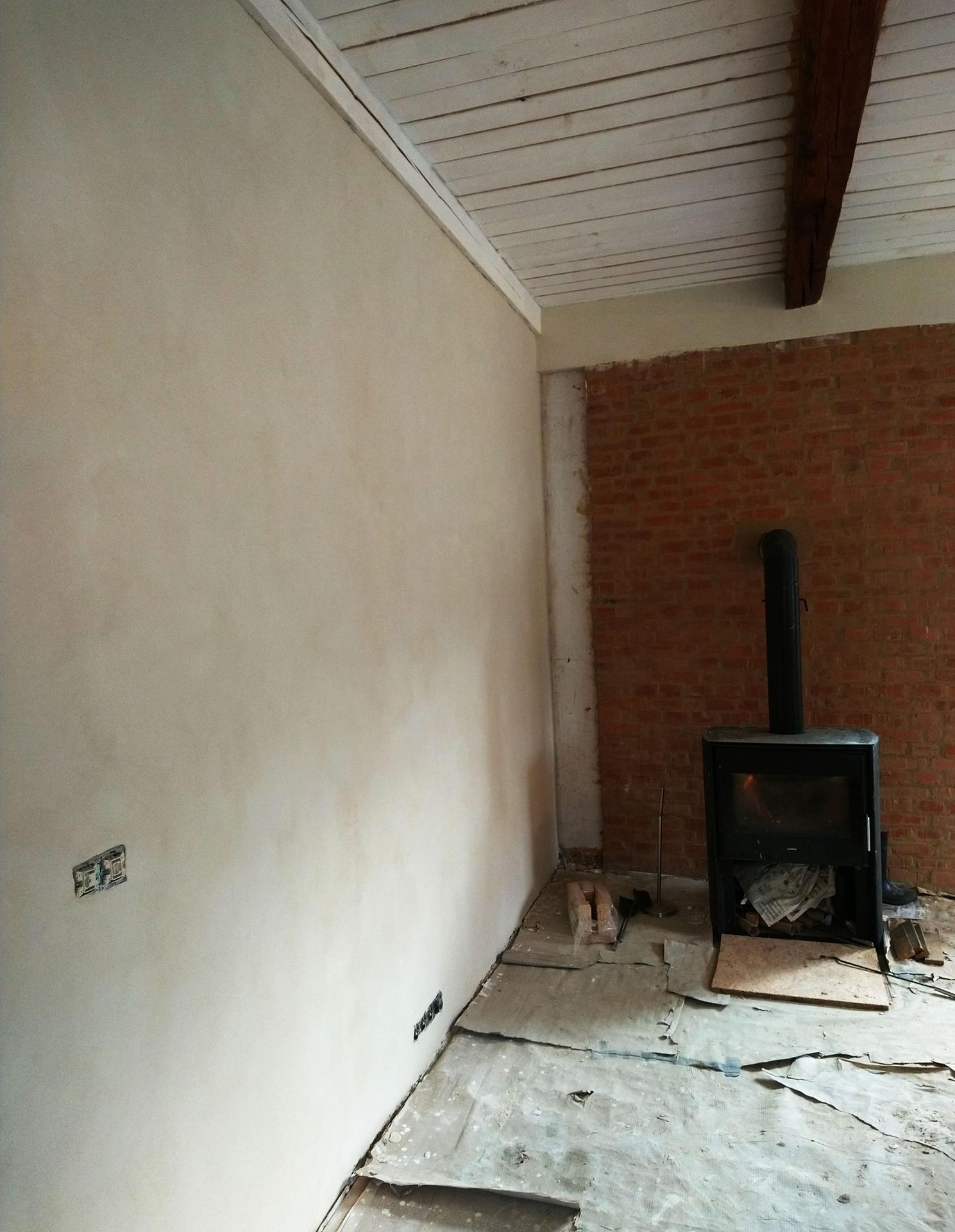 Hlinené omietky - Ešte raz biela.  Vnútorné steny sú z OSB dosiek. Pri omietaní osb či dreva je nutné použiť nosič omietky, vačšinou omietkársku rákosovú rohož.