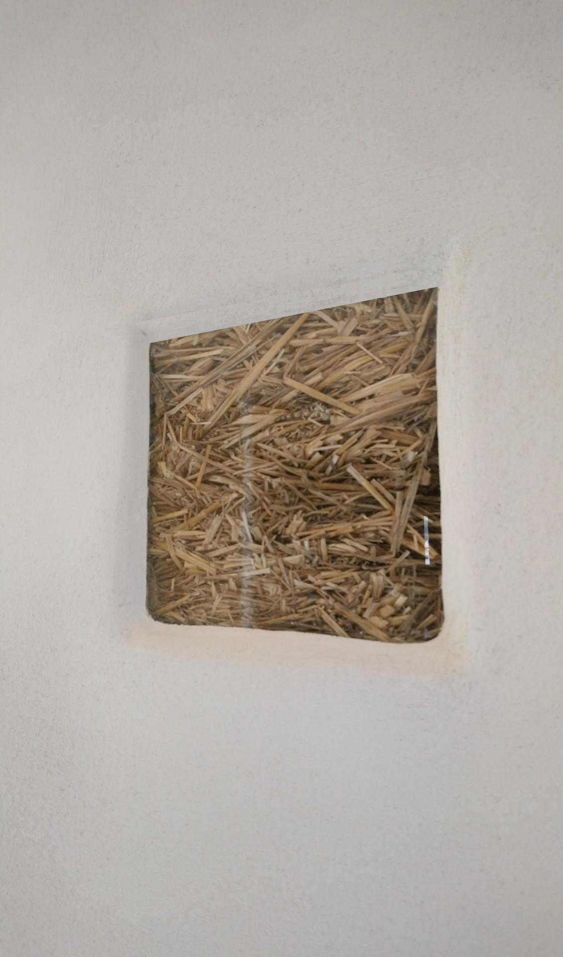 Hlinené omietky - Malé okienko pravdy. Je to naozaj slamenný dom.