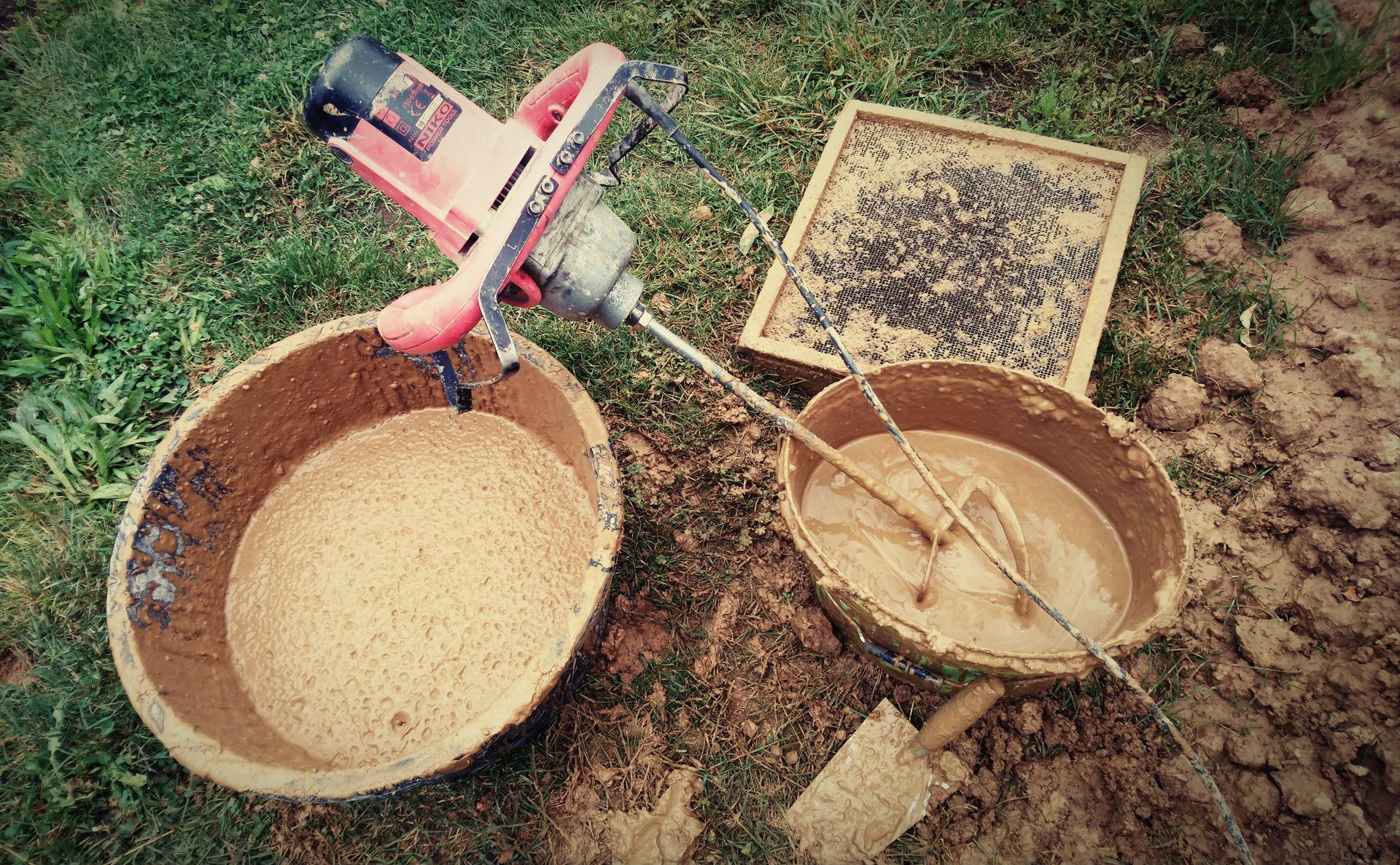 Hlinené omietky - Príprava hliny. Ideálne je nechať hlinu premrznúť cez zimu, ale nie vždy má človek toľko času. Hlina sa rozmieša s vodou na kašu, ktorá sa potom precedí cez sito aby sa odstránili kamene a nerozmiešané hrudy hliny.