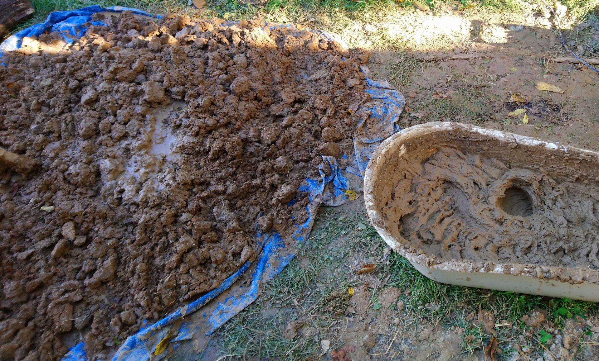 Hlinené omietky - Tak isto vieme získať materiál aj so starých hlinených tehál. Tie sa musia namočiť na pár dní do vody, napríklad do velkej vane, prípadne priehlbiny podloženej igelitom ako na obrázku.