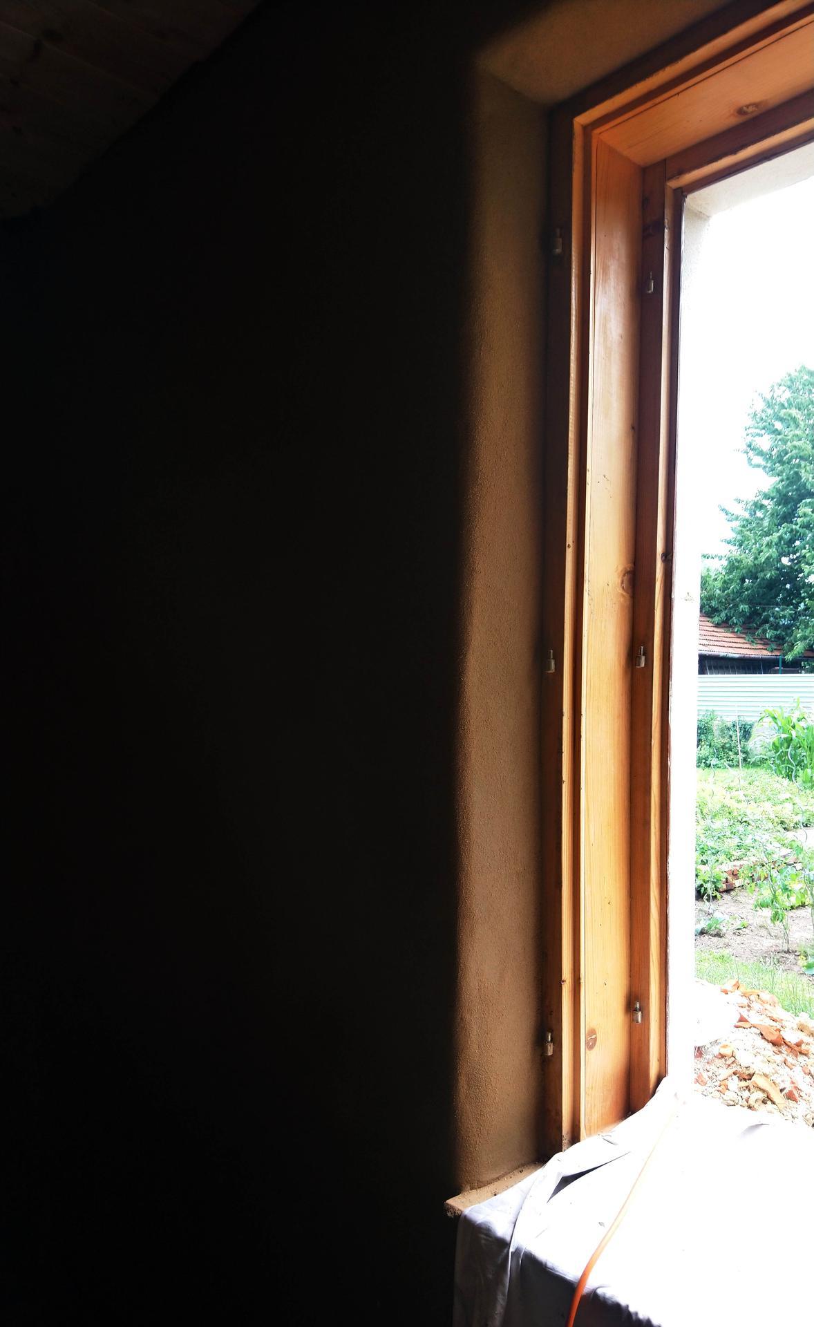 Hlinené omietky - Hotovo. Na špalety pozor, kým stena znesie hocičo okolo okien sa láme svetlo a vidno každú krivosť.