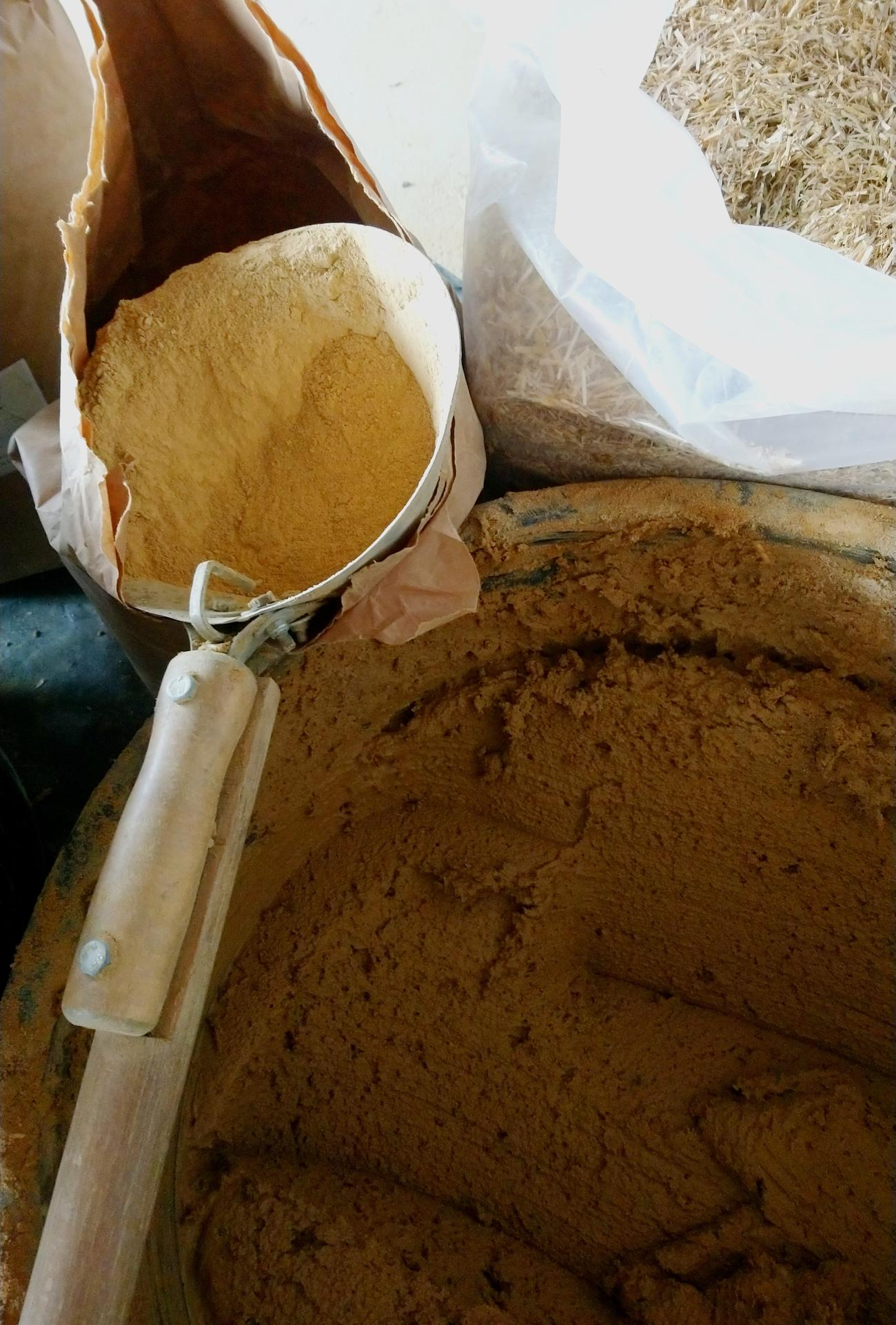 Hlinené omietky - Kúpený drvený íl miešaný s pieskom je moja obľúbená zmes. Ekonomické aj ekologické riešenie, menej práce ako s vlastnou hlinou a lepšia cena ako doprava a kúpa hotovej zmesy. Každopádne treba si vždy  spravit test pomeru