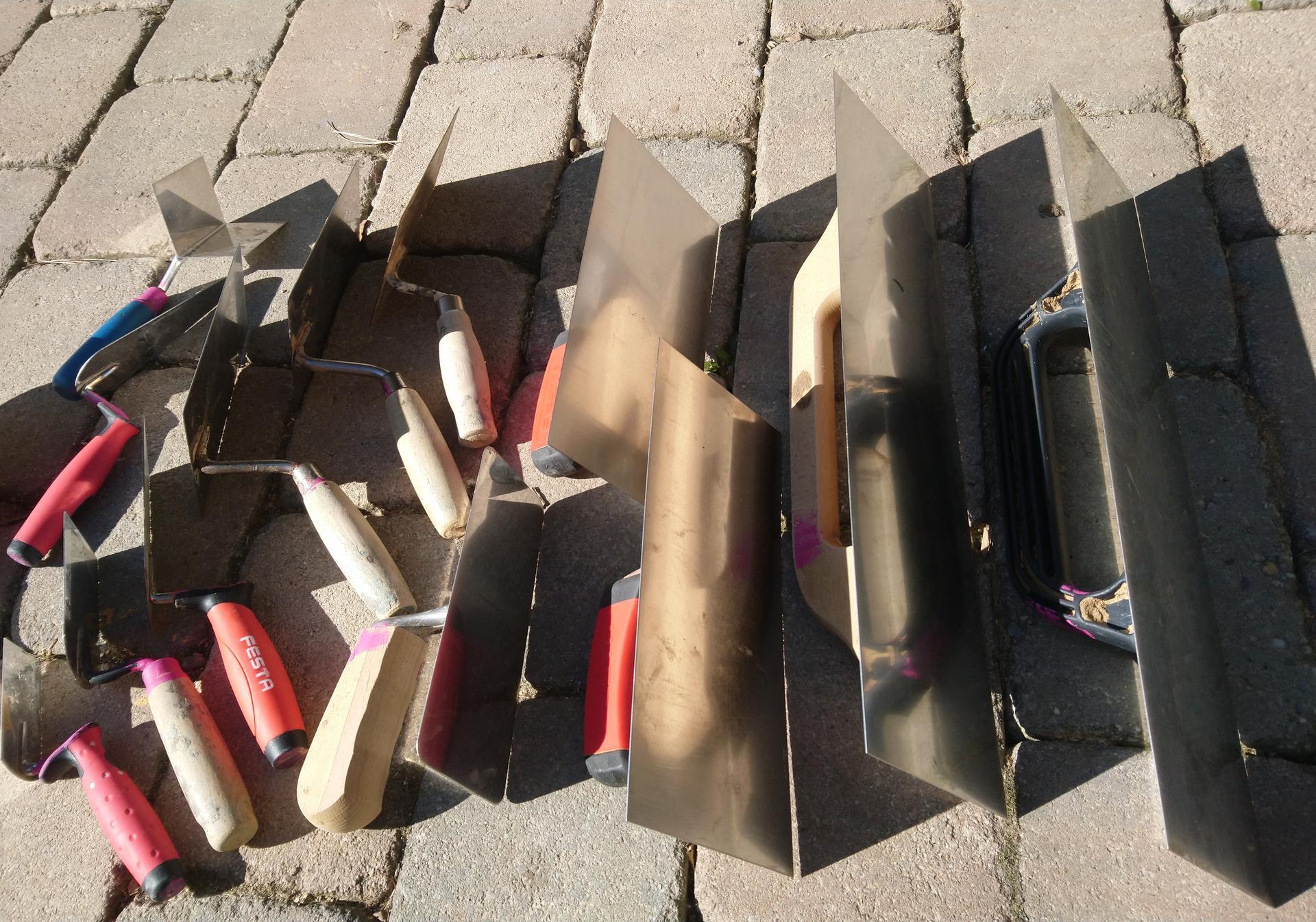 Hlinené omietky - Výbava omietkára: nerezové hladítka, malé, veľké, zíde sa aj malé tzv. benátske s oblými rohami. Keľne (murárske lyžice) rôznych veľkostí, rohovník...