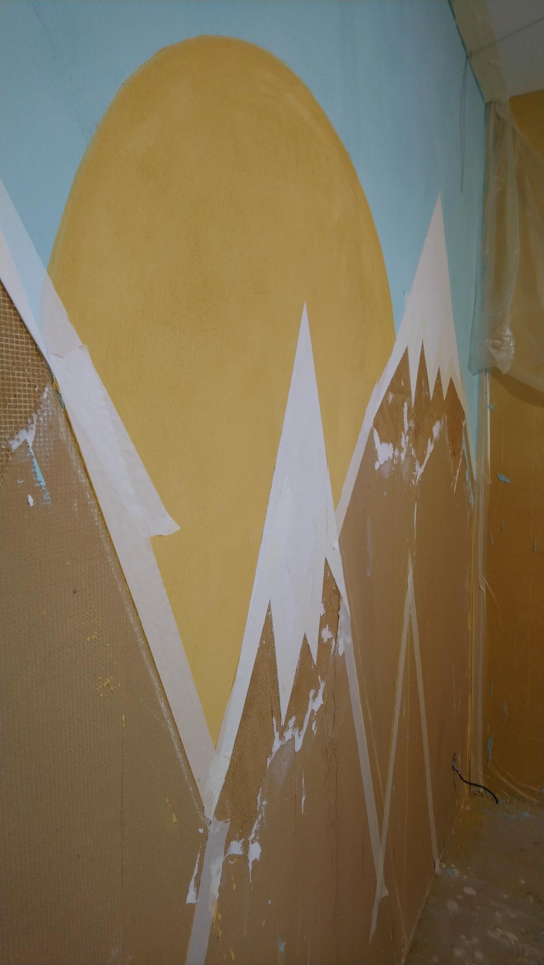 Hlinené omietky - Prechod medzi farebnou hlinou. Inú farbu môžno naniesť až keď je omietka suchá, ináč by nedržala lepiaca páska. Používam papierovú maliarsku pásku