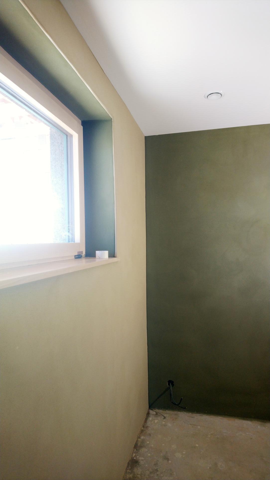 Hlinené omietky - Rovnaký postup je aj pri farebnom prechode steny. Jedna vrstva musí byť suchá a velku časť hotovej steny treba zakryť igelitom. Zákon schválnosti platí dokonalo a pri nanášani omietky vedia malé kvapky prasknúť pomerne daleko