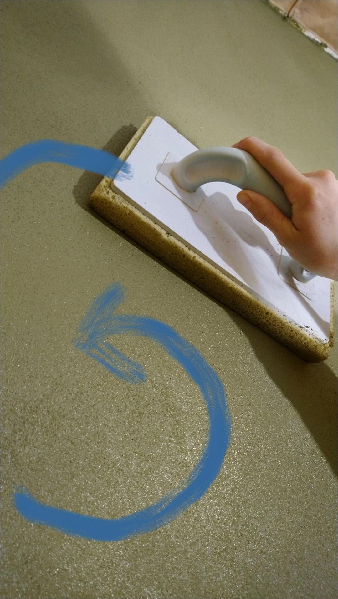 Hlinené omietky - Šúchame mokrým penovým hladítkom ktoré priebežne vymývame vo vode, veľkými krúživými pohybmi. Jedno miesto prejdeme max 2 - 3 krát, hlina sa veľmi rýchlo zašucha a vzniknú nepekne flaky, ktoré už nejdú opraviť, iba natiahnuť znova celú stenu