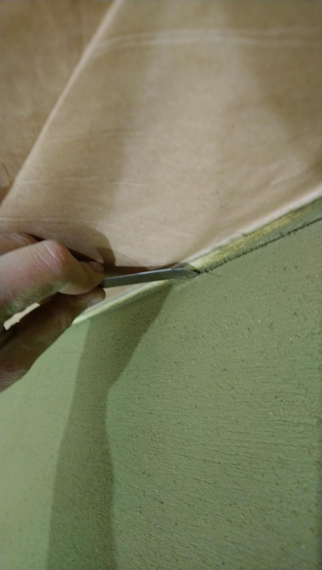 Hlinené omietky - Na záver ešte vytvoríme orezavačom dilatačné škáry okolo stropov a okien. Po zaschnutí omietky sa opatrne odlepia aj ochranné lepiace pásky