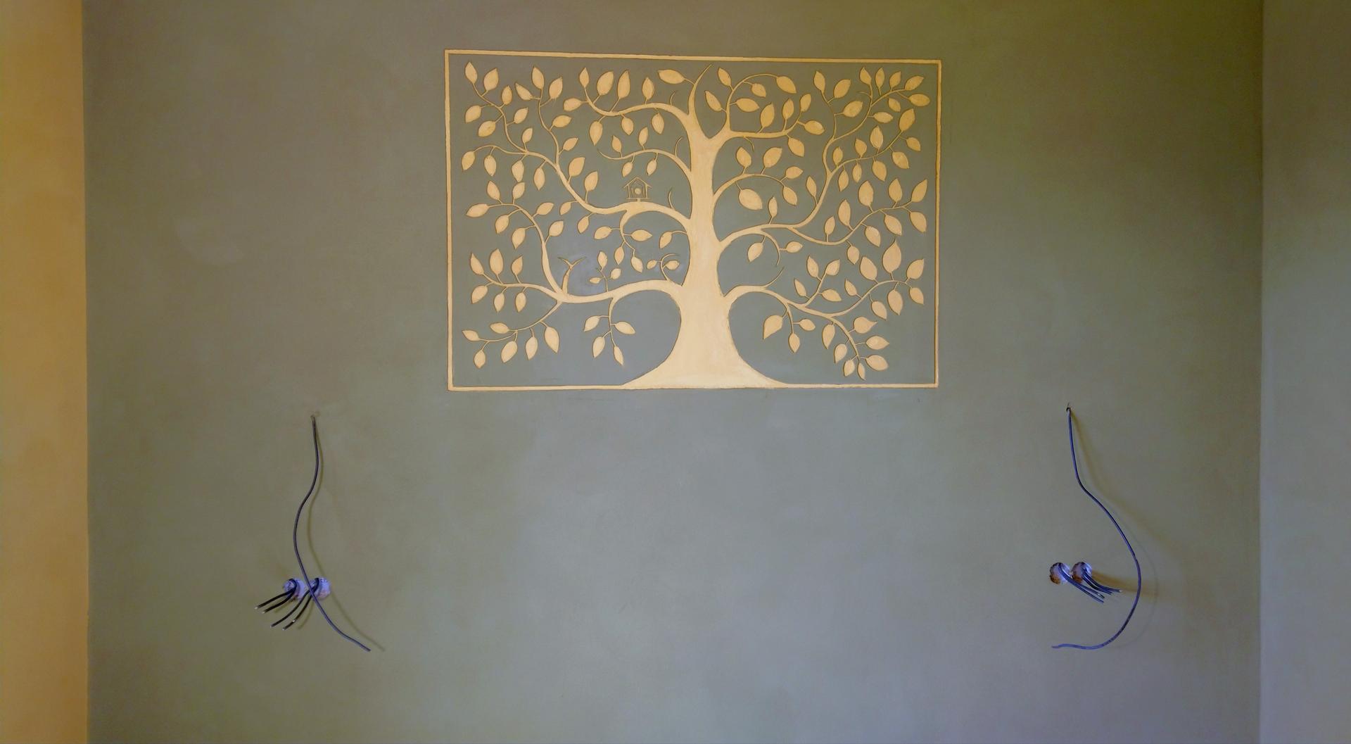 Hlinené omietky - Stromy sú veľmi obľúbena hlinená dekorácia. Technika vyškrabávania do čerstvej omietky - sgraffito