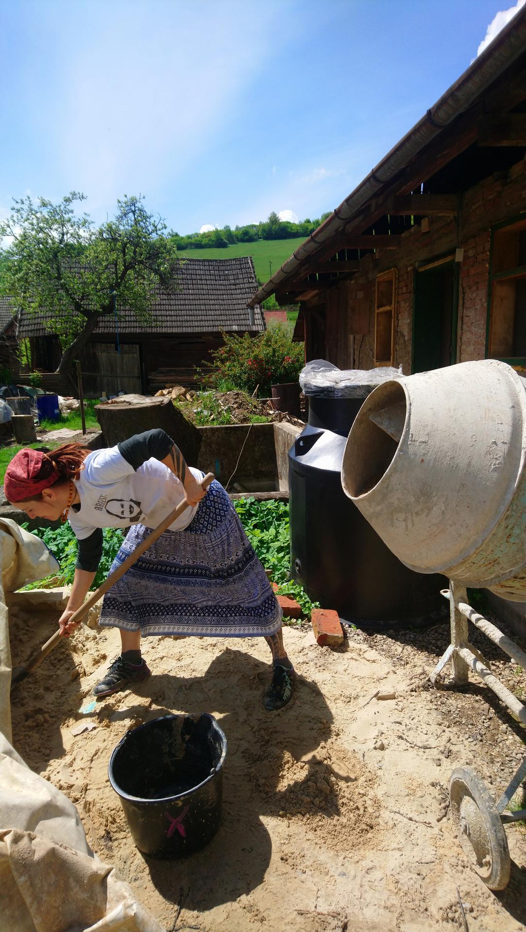 Hlinené omietky - Slunce, seno,..... Omietky. Slovensky vidiek ako sa patrí, kohúty, bučanie kráv, rev cirkulárky, rozhlas a aj kožkár bol.