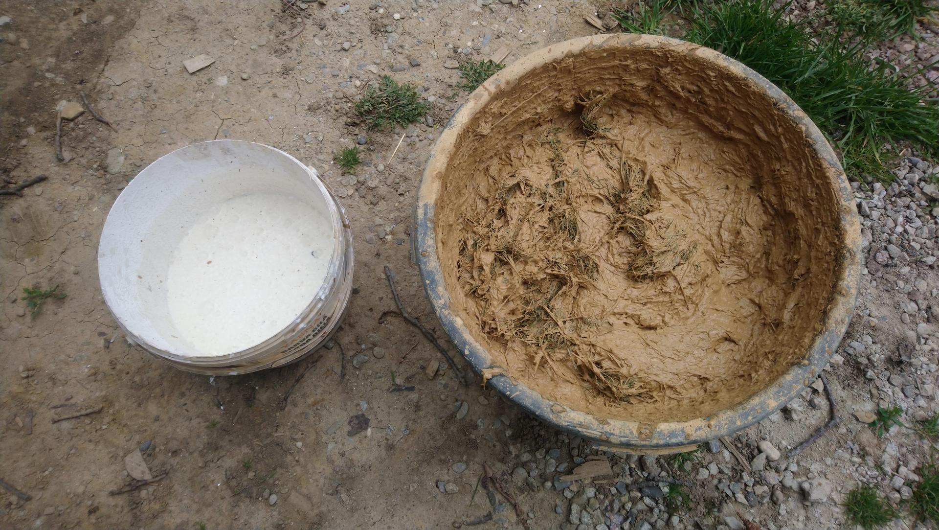 Hlinené omietky - Do vonkajších omietok sa pridáva kravské lajno, my sme fajnové takže sme radšej použili fermentovanú trávu a DIY kaseinové lepidlo vyrobené z tvarohu a vápna.