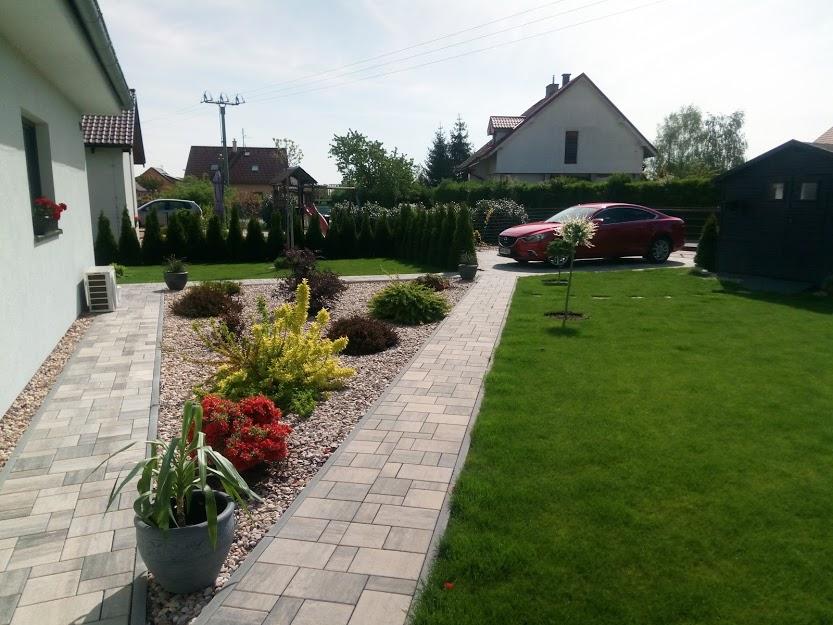 Tak zase po roce něco přidám ze zahrady.Foceno 8.52019 a 9.5.2020 - Obrázek č. 3