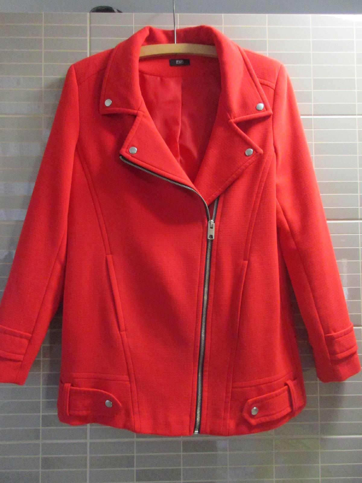 Červený elegantní kabát - Obrázek č. 1