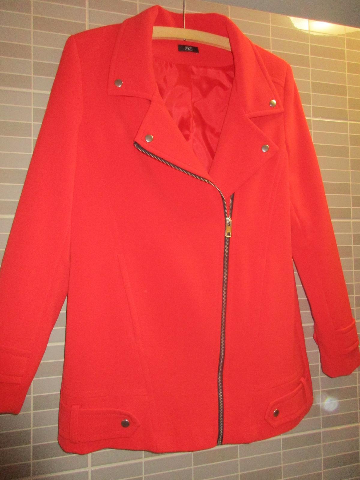 Červený elegantní kabát - Obrázek č. 3