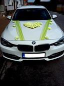 Zelenkavá dekorácia auta,