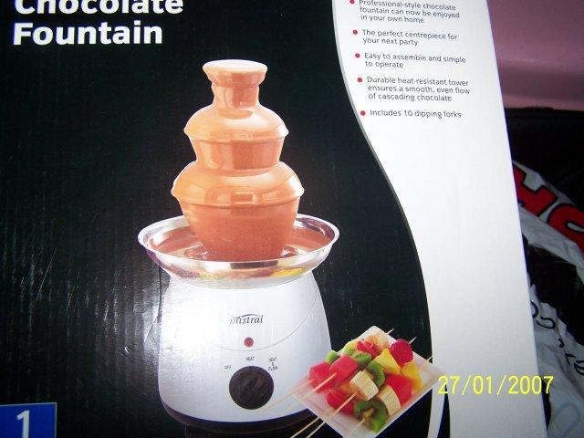 23.6.2007 - nasa cokoladova fontanka od Maminky!(bude na extra stole spolu s nakrajanym ovocim)