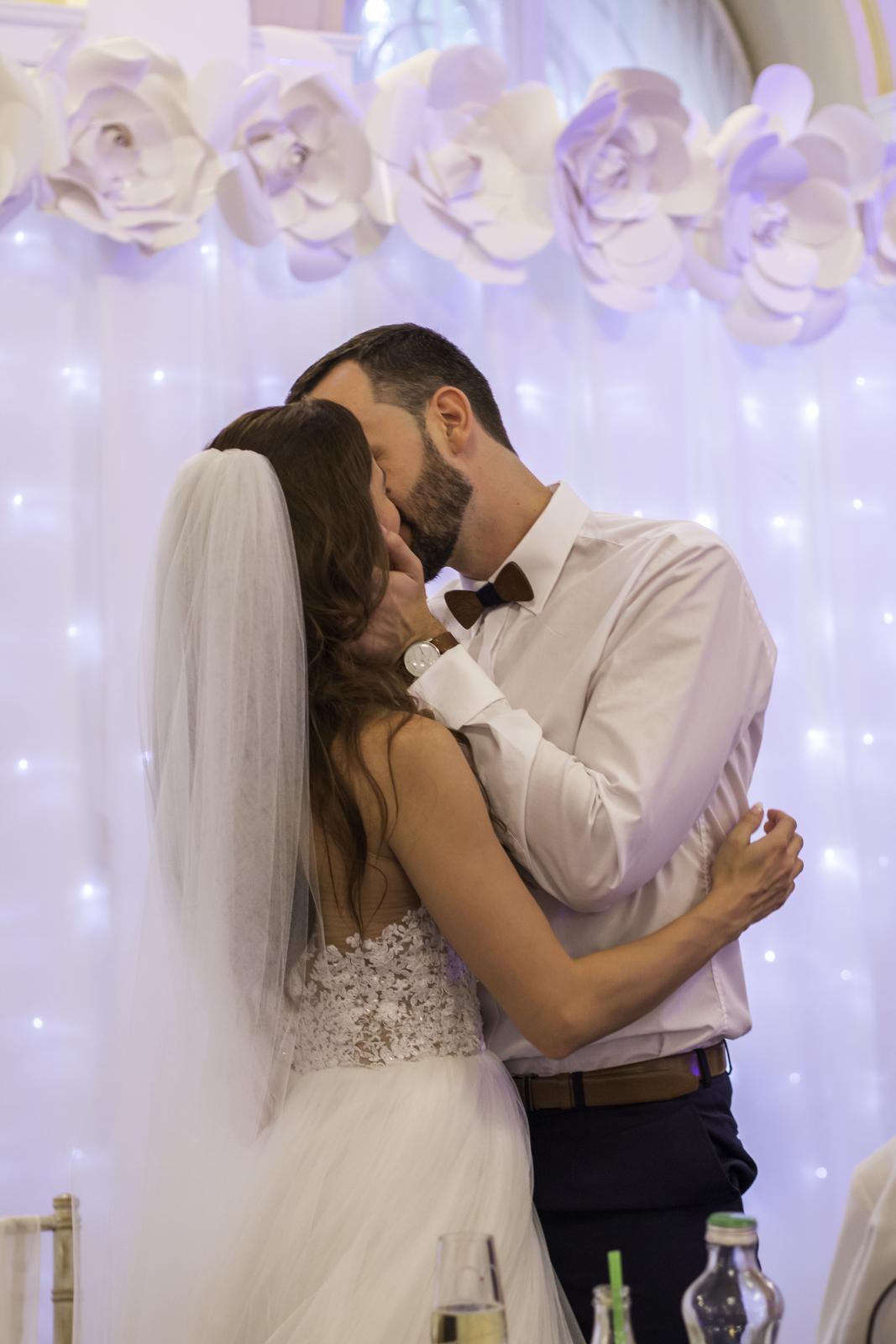 Božena Géčová a Viktor Tóth - Svetelná stena Pretty Wedding