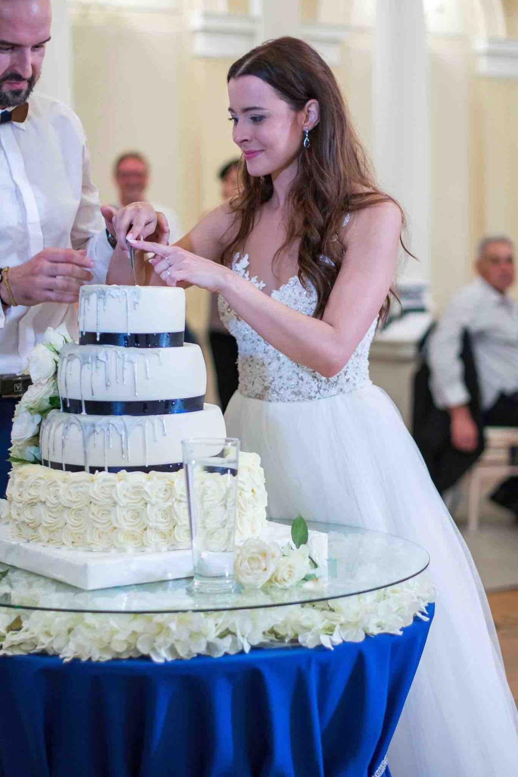 Božena Géčová a Viktor Tóth - Sklenený stôl s kvetmi- Agentúra Pretty Wedding