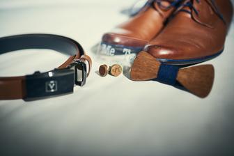opasok, topánky Móda Michale Komárno, Drevený motýlik plus manžetové gombíky Ermar, Nálepky na topánky Wish