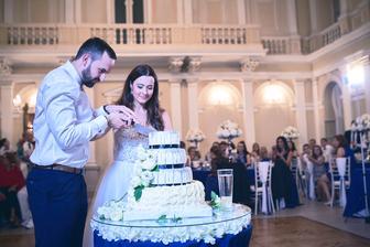 Svadobná torta Nelly Czibor, sklenený stol s kvetmi-Pretty Wedding