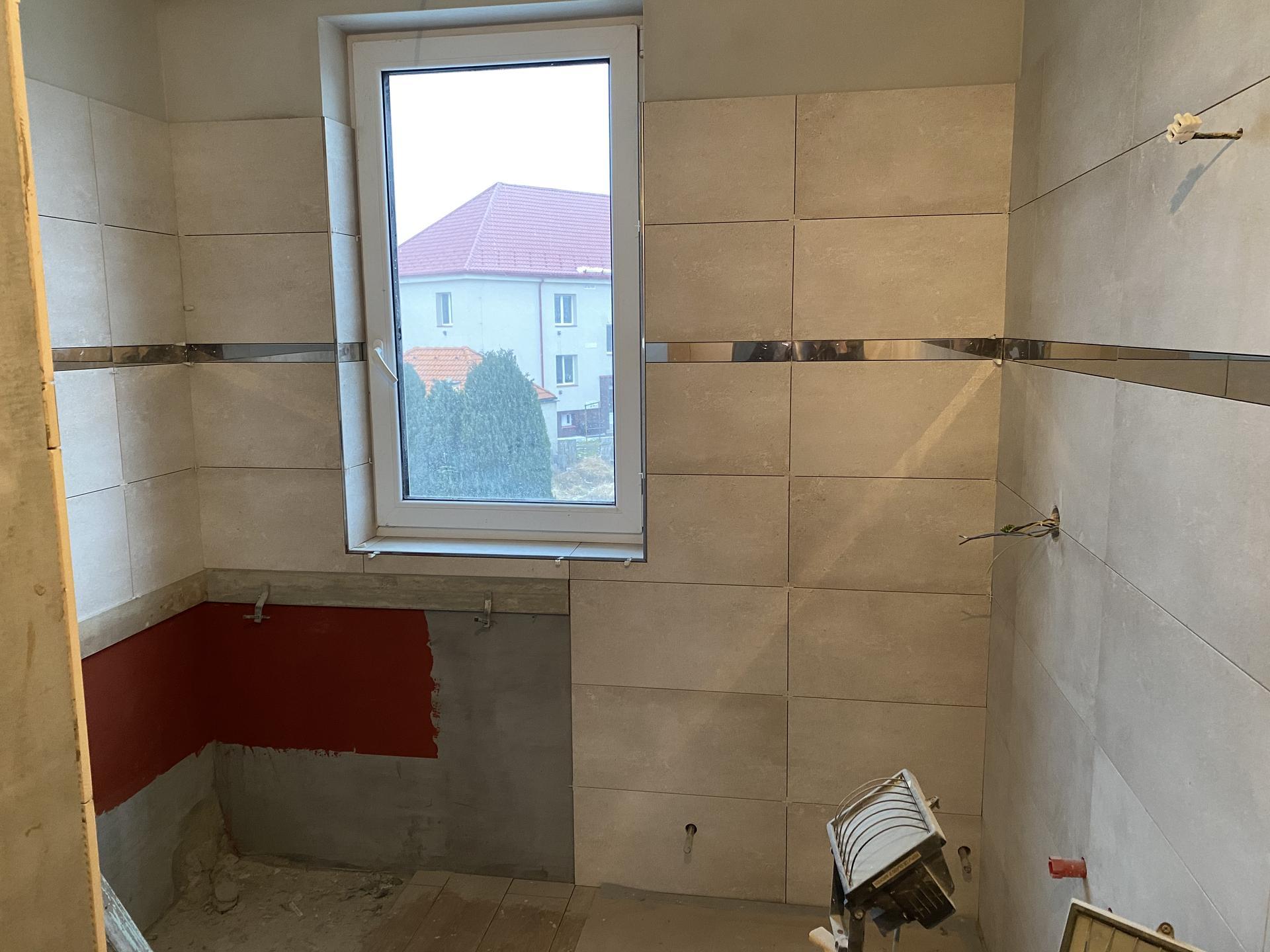 Náš sen bydlení ve vlastním 🏡🍀 - Část koupelny před usazením vany..