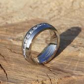 prsteň po obvode so zirkónikmi,