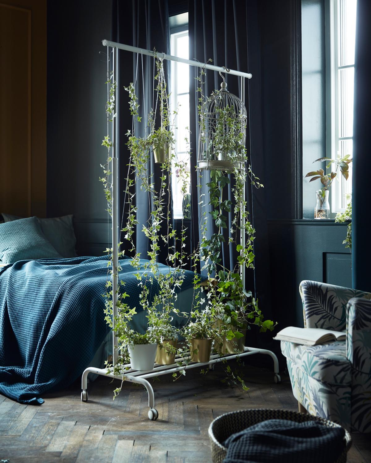 Nemáme domov hľadať, ale domov vytvárať. H. Seidel - Ikea/ článok k foto na https://www.doma.sk/interier/zelene-dekoracie-ako-vkusne-zmenit-interier-pomocou-rastlin/