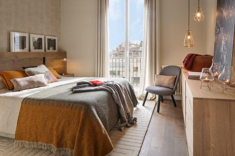 Elegantné retro bývanie v historickej budove Barcelony - Spálni pristanú zemité odtiene a prírodné materiály. Príjemným spestrením môžu byť abstraktné aj figurálne maľby.
