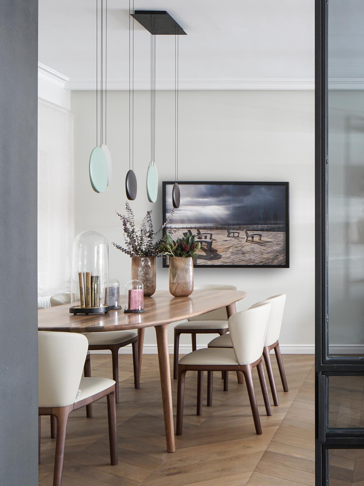 Elegantné retro bývanie v historickej budove Barcelony - Elegantná jedáleň je zariadená podľa súčasných trendov, a predsa perfektne nadväzuje na retro nábytok v obývacej časti a čitateľskom kútiku. Dominujúcimi materiálmi sú tu drevo, rôzne typy mramoru, mosadz, železo a textílie jemnej farebnosti.