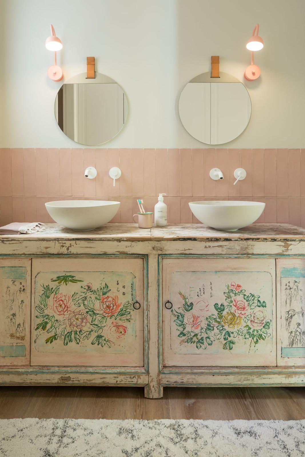 Dom na Malorke očarí vysokými stropmi a jedinečnou atmosférou - Dominantou kúpeľne je originálna vintage skrinka, ktorá určuje farebnosť celej miestnosti.