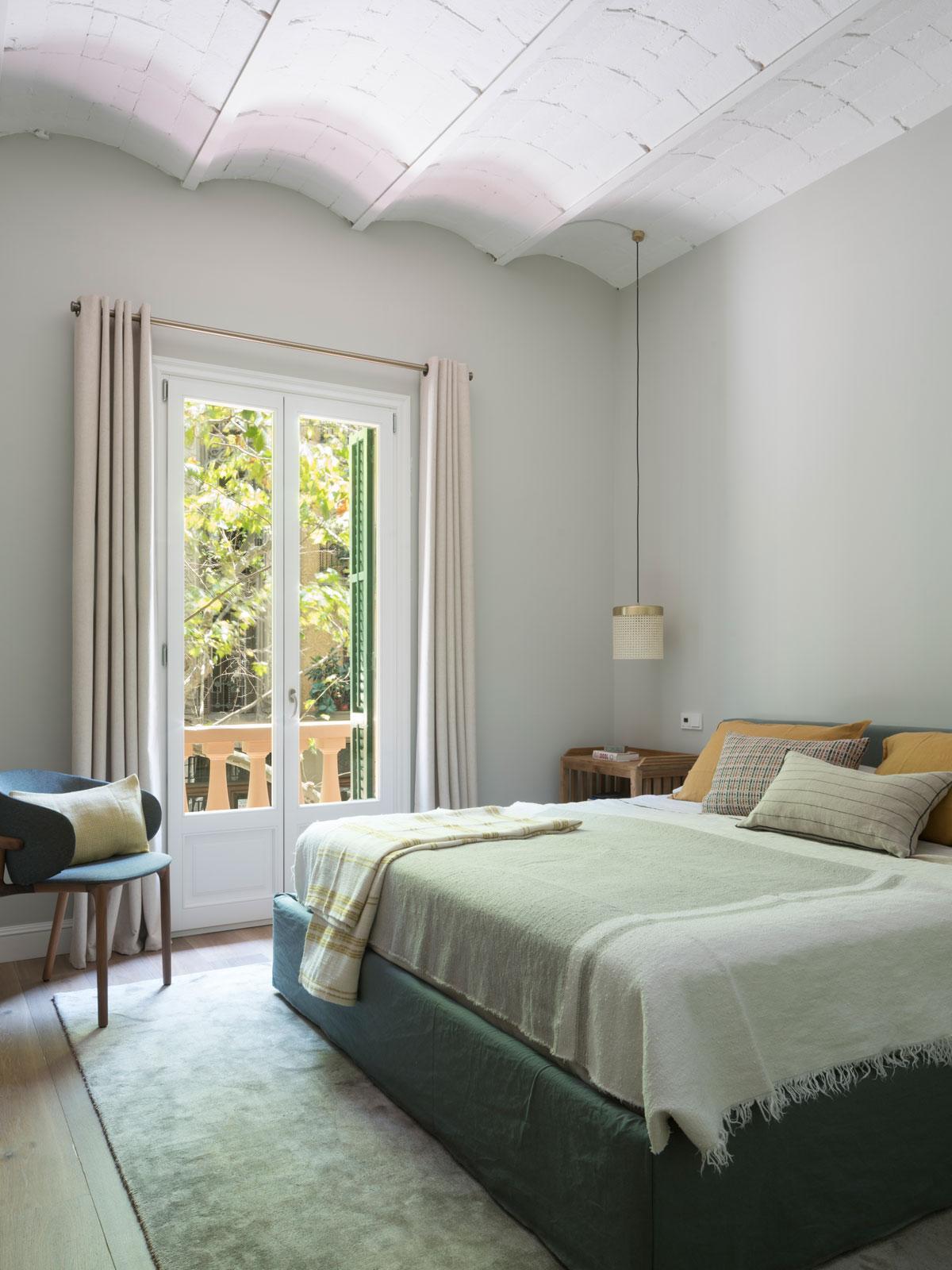 Dom na Malorke očarí vysokými stropmi a jedinečnou atmosférou - V spálni nájdeme okrem atypického stropu aj niekoľko druhov textílií, vďaka ktorým pôsobí izba útulným a pohodlným dojmom.
