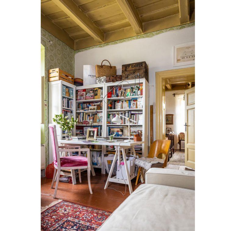 Starú evanjelickú faru prerobili na múzeum, v ktorom aj žijú - Obývacia izba slúži zároveň ako pracovňa, študovňa i relaxačná miestnosť. Od secesnej izby vedľa ju delia ťažké kazetové drevené dvere. Stačí prekročiť ich prach a ocitnete sa v inom storočí.