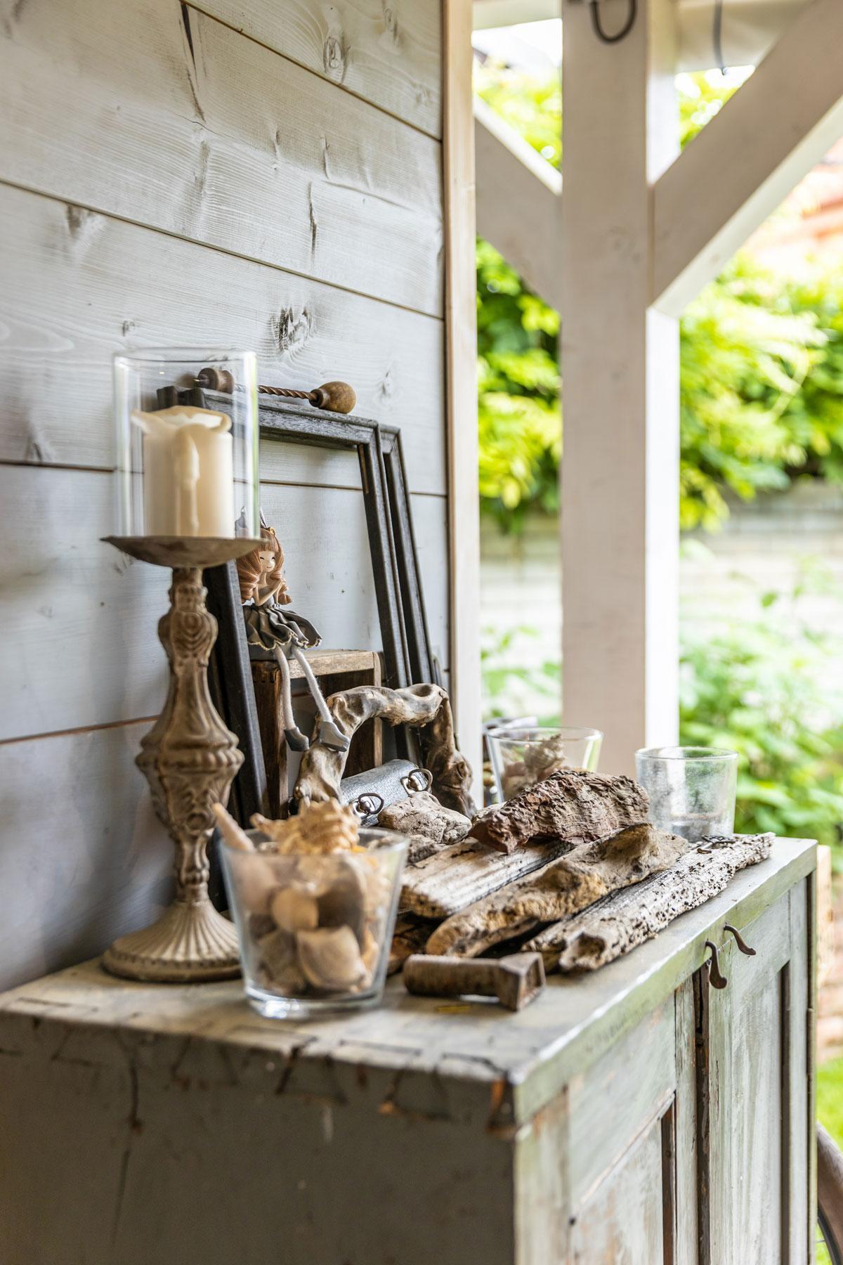 Átriová  záhrada s dovolenkovou atmosférou - Najväčšou inšpiráciou je pre Zuzanu Pinterest. No uložiť naplaveniny, mušle, kamene a staré veci tak, aby spolu vytvárali harmonický obraz, si vyžaduje dekoratérsky cit. A ten domácej panej veru nechýba.