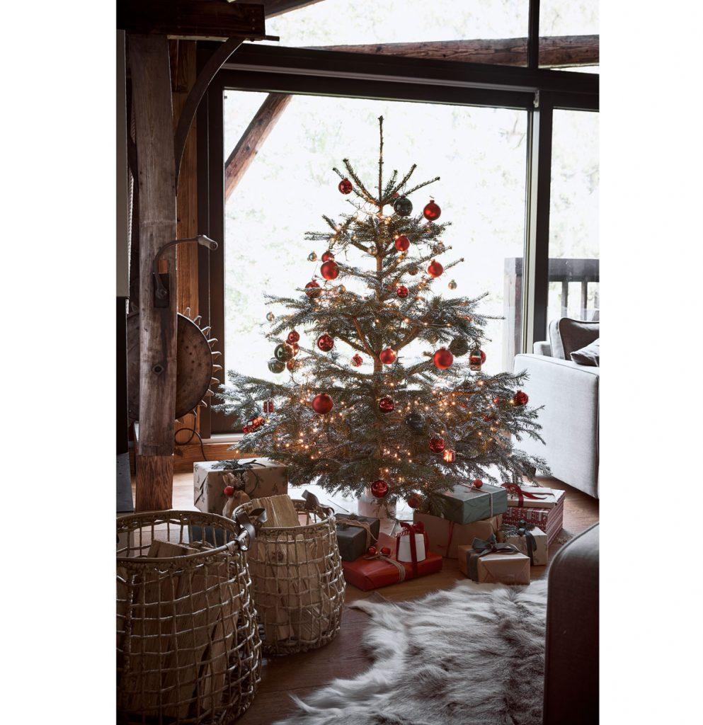 Rozprávkové Vianoce v dome s prvkami zo starej stodoly - Trendom sú dva vianočné stromčeky, oba sú sústredené v spoločenskej miestnosti. Tento Ella ozdobila, čím ho povýšila nad druhý nachádzajúci sa celkom blízko – vedľa sedačky. Jeden zdobený, druhý ponechaný svojej prostote. Tak sa nebijú o priazeň.