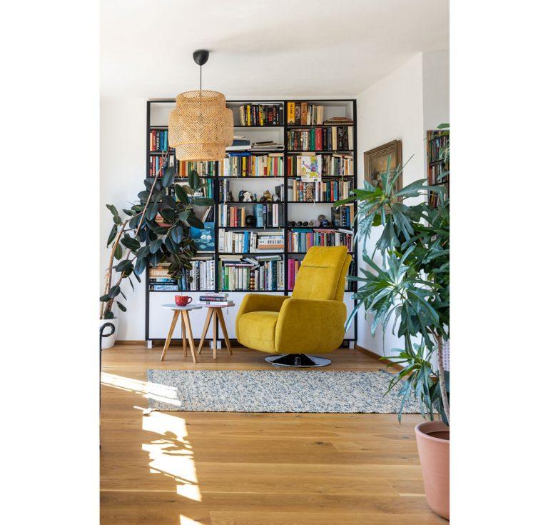 """""""Kam sa pozriem, sme to my."""" Vitajte v dome plnom farieb a úprimného dizajnu - Čierne lemovanie čelných hrán nájdeme nielen na knižnici, ale i na ostatných kusoch nábytku. Ide o jednotný prvok v celom interiéri. Aj vďaka tomu jednotlivé zátišia a kúty pôsobia doslova ako obrazy."""