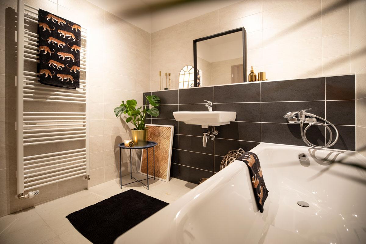 Vstúpte do interiéru, kde si prvé husle zahrali zlato a čierna - Ani kúpeľňu prítomnosť čiernej farby neobišla. A to je dobre. Interiér je tak tvorený v jednom ucelenom tematickom kontexte, čo vytvára harmóniu celku.