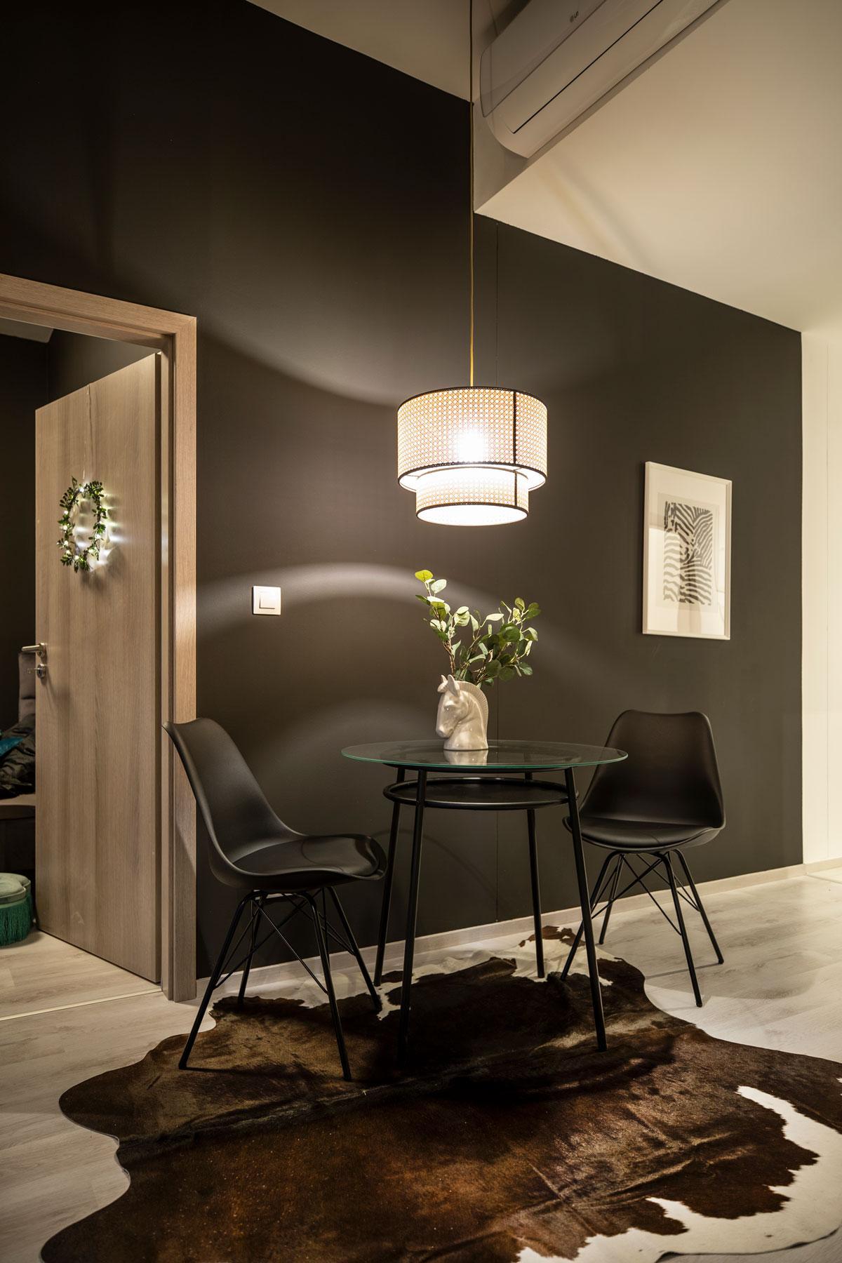 Vstúpte do interiéru, kde si prvé husle zahrali zlato a čierna - Čierne steny ako základ sú dominantnou a skutočne neprehliadnuteľnou súčasťou tohto bytu. V kombinácii s bielou a drevom ide o nadčasovú kombináciu, ktorej žiara svetiel skutočne pristane.