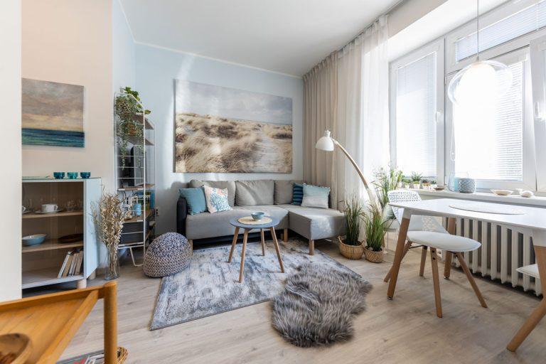 """30 m2 s atmosférou Stredomoria a Škandinávie - Dominantou obývacej časti je určite veľkoplošná fotografia. Je to zároveň najväčší """"detail"""" interiéru, no jemnou farebnosťou nenútene zapadá do celku."""