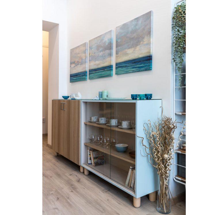 30 m2 s atmosférou Stredomoria a Škandinávie - More sa stalo inšpiráciou nielen pre doplnky a farebné odtiene, je aj ústredným motívom na obraze na stene.