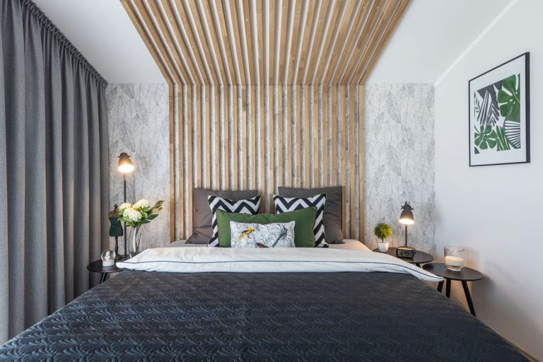 Dom plný sýtych farieb, zamatu a prírodných materiálov - Prírodné materiály a vzory, výrazná farebnosť a štruktúry boli v spálni použité s veľkým citom, tak aby sa tu harmonicky spalo.