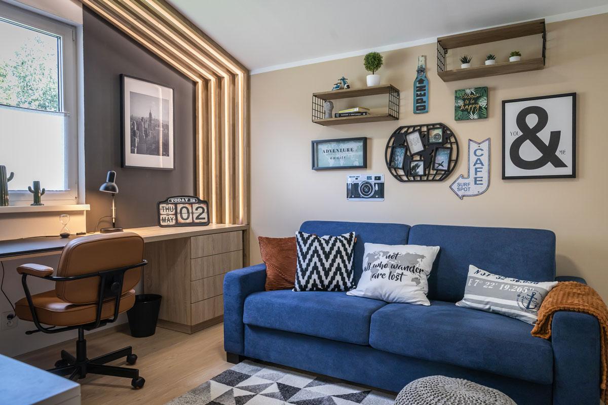Dom plný sýtych farieb, zamatu a prírodných materiálov - Hosťovská izba alebo pracovňa? V tomto prípade aj, aj. Čierna v spojení s koňakovou na stoličke je atraktívna pre všetky vekové generácie a môžeme si ju dovoliť v izbách, ktoré spĺňajú rôzne funkcie.