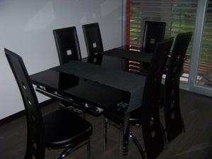 A jedálenský stôl...
